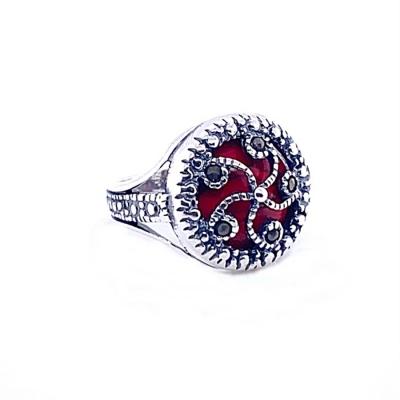 Pierścionek rozeta z czerwonym kamieniem