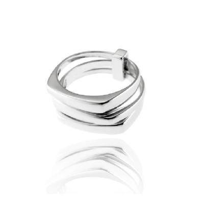 Pierścionek srebrny z ruchomymi elementami.